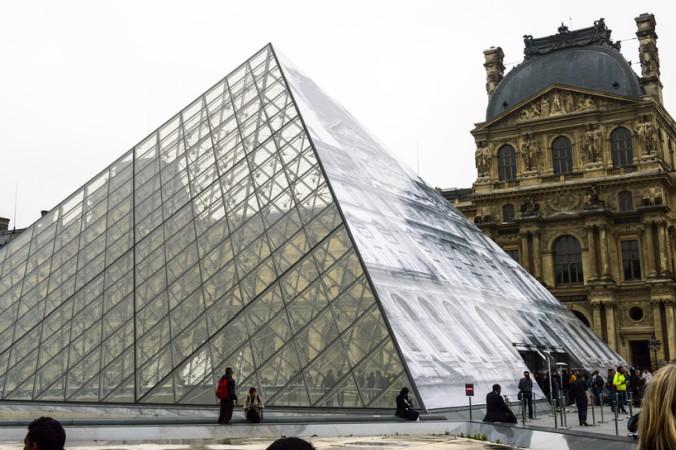 Der Louvre ist ein beeindruckendes Kunstmuseum in Paris. Er befindet sich in der ehemaligen Residenz der französischen Könige, dem Palais du Louvre. (#2)