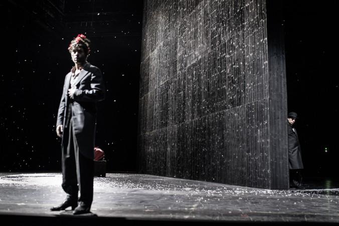 """Johann Juergens als Kohlenmunk und Wolfgang Michalek als Hollaendermichel in """"Das kalte Herz"""" im Schauspielhaus Stuttgart."""