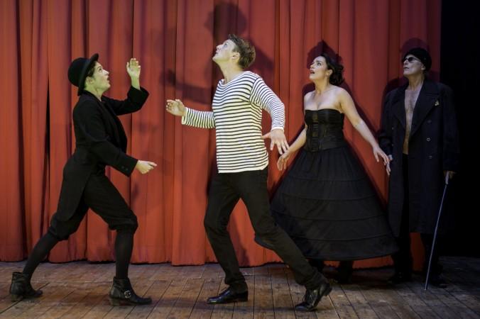 """Eli Wasserscheid, Philipp Moschitz, Judith Toth und Ulrich Zentner auf der Bühne in """"Kinder des Olymp""""."""