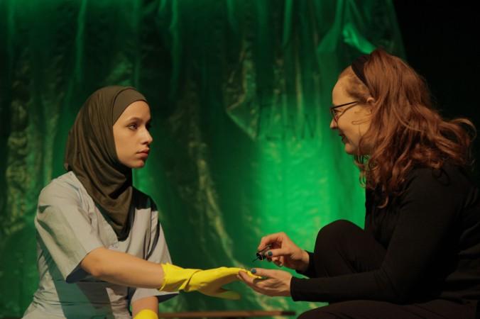 Hier bekommt Senita Huskic ihre Fingernägel - die skurilerweise in Gummihandschuhen stecken - von Hannah von Peinen lackiert.