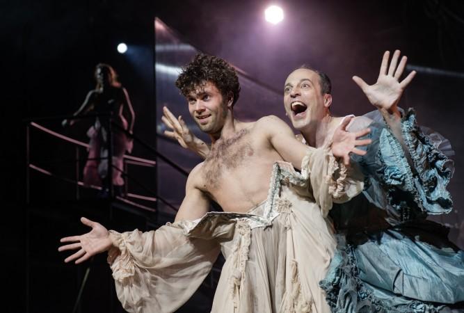 """Die Queen of Secresie wird in """"The Fairy Queen"""" von einem Mann gespielt. An ihrer Seite sieht man eine weitere Figur aus dem Ensemble: Demetrius."""