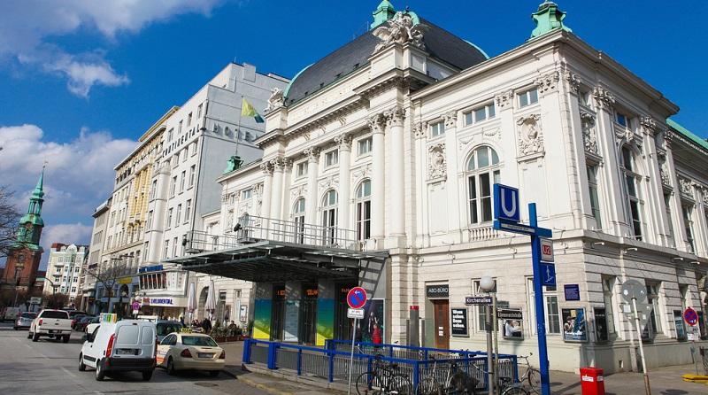 Die Bühnen der Schauspielhäuser zu besuchen, stellt für viele Menschen eine sehr beliebte Freizeitbeschäftigung dar.