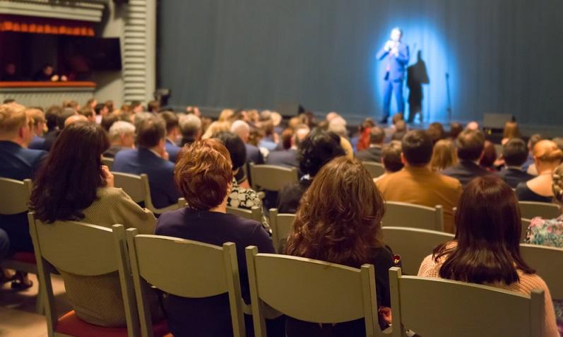 Wie wäre es zur Abwechslung mit einem Unternehmenstheater? Ganz gleich, ob ein Redner gebucht wird oder ob die Mitarbeiter selbst Theater spielen: Das Erlebnis dürfte einmalig und nachhaltig sein.  ( Foto: Shutterstock-Nikolay Antonov )